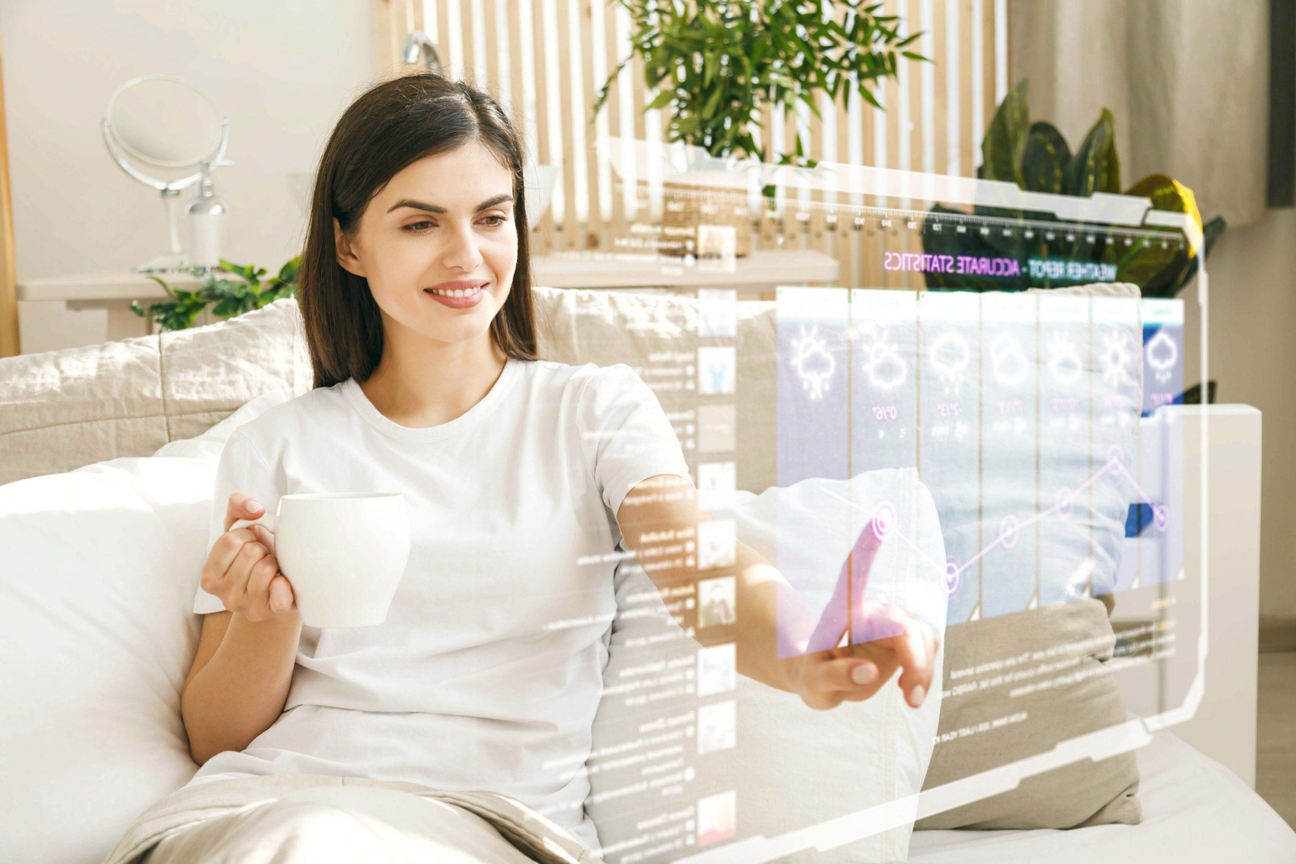 Femme utilisant un écran interactif digital